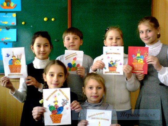 діти створюють роботи до Великодня
